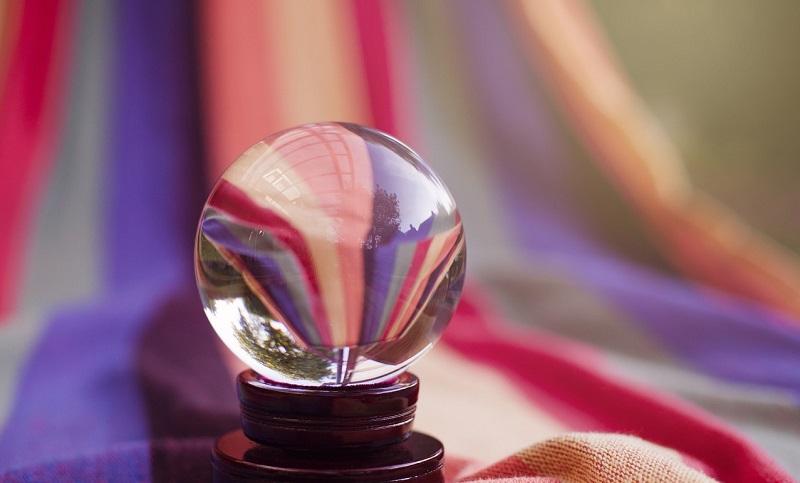 占いに使いそうな綺麗な水晶の画像