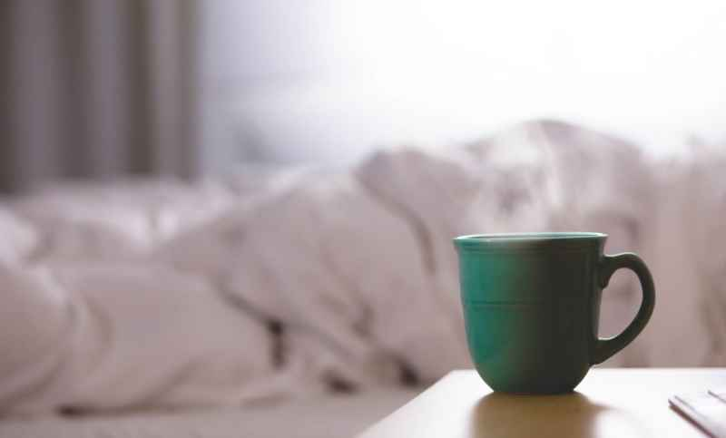 ベッドとカップの画像